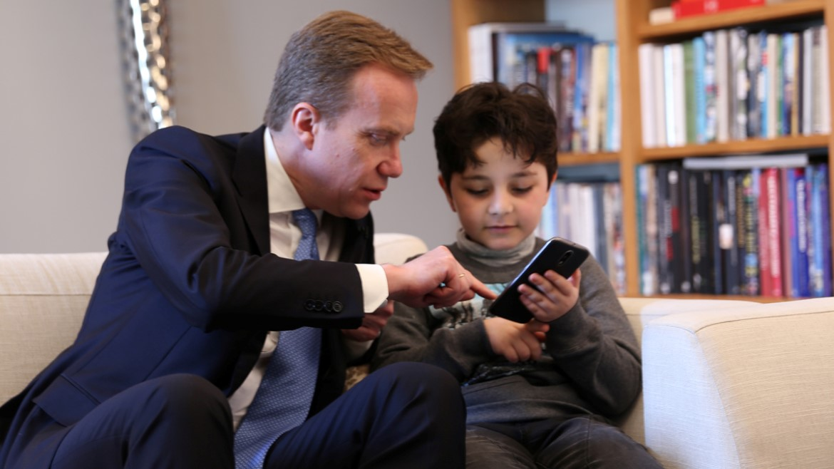 Minister of Foreign Affairs Børge Brende tests the EduApp4Syria games